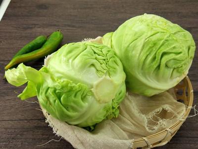 大白菜,包菜,白萝卜,土豆等上百种蔬菜被装箱打包,整整齐齐地排放在果